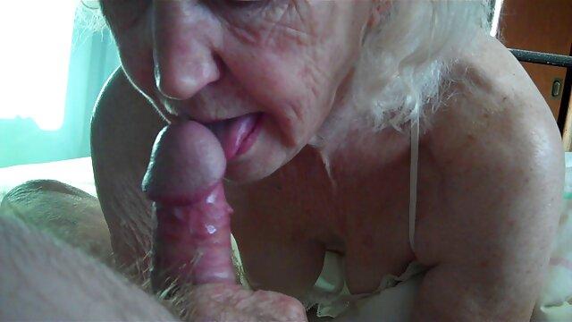 Mujer guapa acaricia con los pies sexo jovenes viejos la polla caliente de su amiga