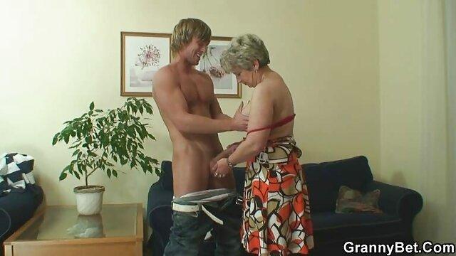 Enfermera juega con un pequeño ancianas peruanas follando consolador en el baño