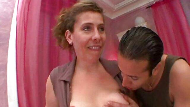 Rubia linda peliculas xxx ancianas seduce al profesor mientras juega al billar para pasar la prueba