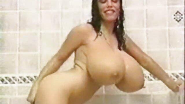 Cutie yace desnuda en la playa y acaricia su coño porno viejos y viejas