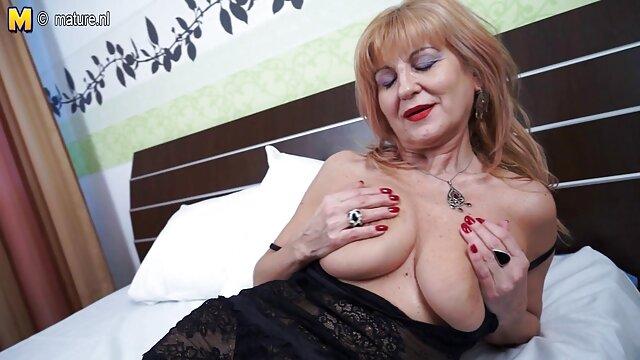 La morena le lame los dedos a una joven rubia sexo con viejos caseros