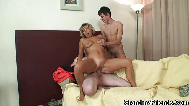 Mete videos de sexo con adultos mayores los dedos y juguetes en el culo