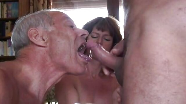 Laura ama un vibrador para follarse ancianas teniendo sexso