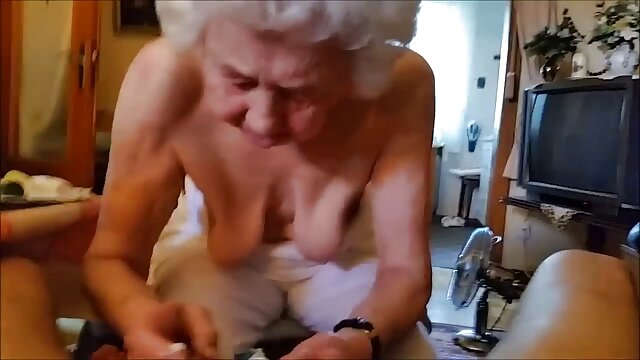 La perra grita para ancianas tragando lefa ser follada por dos pollas gordas