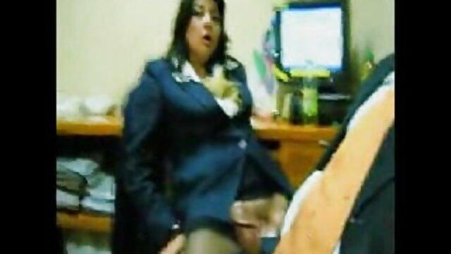 Maestra da lecciones de sexo a estudiantes viejos muy viejos follando