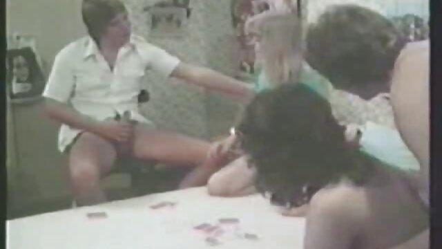 La joven morena Carolina Abril acaricia un videos de sexo entre viejos y jovencitas chochito y folla con un chico