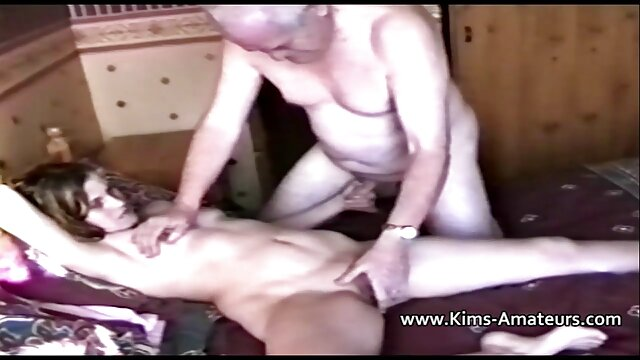 Chico negro se sexo gratis con viejos quitó una puta y la alimentó con esperma caliente