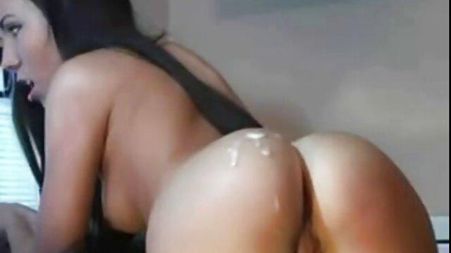 Qué lindo es acariciar un coño bien afeitado y entrar en él tocando tu clítoris húmedo con sexo con jovencitas con viejos los dedos