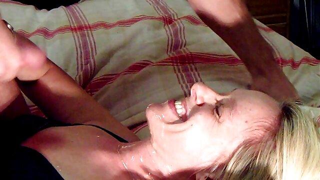 Morena en bragas viejo follando con chica joven hermosas toma una ducha
